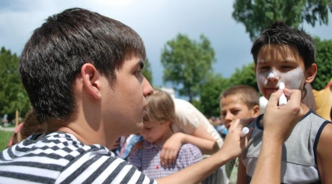 Un voluntario de Projects Abroad realiza una actividad con niños durante su voluntariado social en Rumanía.